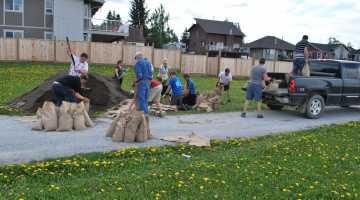 Volunteers sandbagging Riverside Park Sunday - District of Vanderhoof
